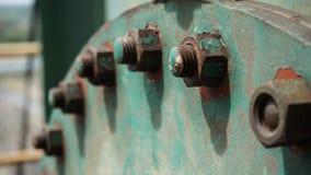 Bulloni arrugginiti su un vecchio di piastra metallica verde, primo piano Fotografie Stock