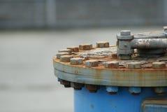 Bulloni arrugginiti sul cappuccio idraulico Fotografie Stock Libere da Diritti