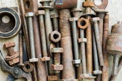bulloni Chiodi bulloni denti attrezzatura, lavoro del meccanico e lavori di costruzione Ripari il lavoro sulla tavola di legno immagini stock libere da diritti