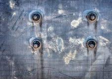 Bulloni su una superficie di metallo corrosa Fotografia Stock