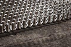 Bulloni sulla tavola di legno fotografia stock libera da diritti