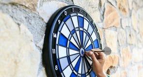 Bullseye op een muur met sommige pijltjes Royalty-vrije Stock Afbeeldingen