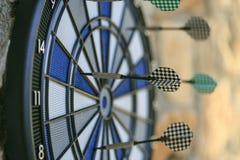 Bullseye op een muur met sommige pijltjes Royalty-vrije Stock Fotografie