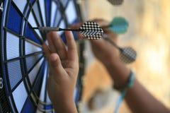 Bullseye op een muur met sommige pijltjes Stock Fotografie