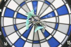 Bullseye op een muur met sommige pijltjes stock afbeeldingen