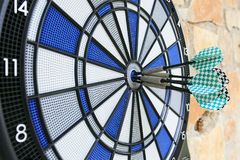 Bullseye op een muur met sommige pijltjes royalty-vrije stock foto