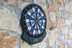 Bullseye op een muur met sommige pijltjes Stock Foto