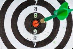 bullseye Svartvitt mål med pilen som sportbakgrund Royaltyfria Bilder