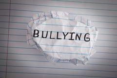 bullying Bola de papel amarrotada com tiranizar da palavra fotos de stock