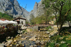 Bulnes χωριό που χάνεται στα βουνά Στοκ Εικόνες