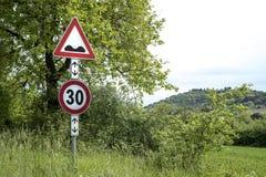 Bulor för vägmärkevarningshastighet framåt Royaltyfri Bild