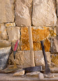 Bulta bearbetar av stonecuttermasonryarbete arkivbilder