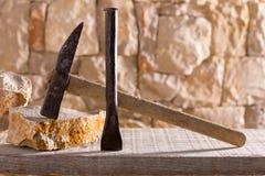 Bulta bearbetar av stonecuttermasonryarbete arkivfoton