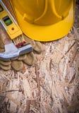 Bulta buien för metern för nivån för konstruktion för säkerhetsläderhandskar den trä fotografering för bildbyråer