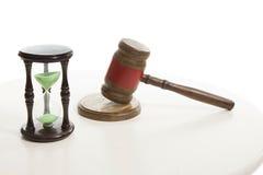 Bulta för domare och sandtimglas arkivbild