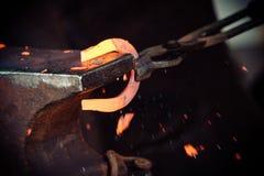 Bulta glödande stål - för att slå, medan järnet är varmt royaltyfria bilder