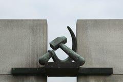 Bulta och skäran Sovjetisk krigminnesmärke i Terezin Arkivbild