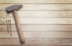 Bulta och spikar på en träyttersida med utrymme för text arkivbild
