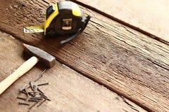 Bulta och spikar på trä arkivfoton
