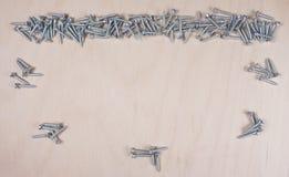 Bulta och spikar på träbakgrund med utrymme för din egen text för en inbjudan för ett seminarium etc. royaltyfri foto