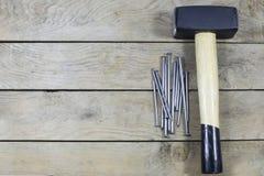Bulta och spikar på träbräde arkivfoto
