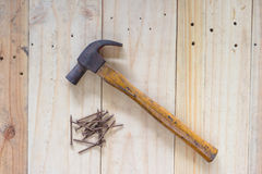 Bulta och spikar på wood bakgrund royaltyfri fotografi