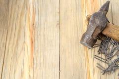 Bulta och spikar på wood bakgrund royaltyfri foto