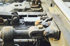 Bultar och skruvar för hög upplösning rostiga på övergett spår för järnvägdrev royaltyfri fotografi