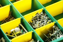 Bultar och skruvar i sorteringask Arkivfoton