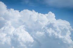 Bulto grande de nubes mullidas en el cielo azul imagenes de archivo
