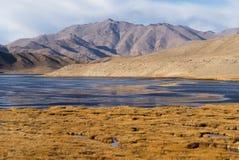 Bulunkul, Tagikistan: Bella vista del lago Bulunkul in Pamir nel Tagikistan immagine stock libera da diritti