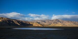Bulunkul, Tajiquistão: Lago Yashikul nas montanhas de Pamir perto de Bulunkul em Tajiquistão imagem de stock