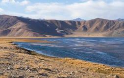 Bulunkul, Tayikistán: Hermosa vista del lago Bulunkul en Pamir en Tayikistán imagenes de archivo