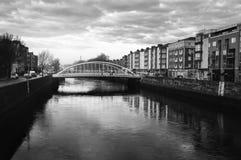 Bulwar Liffey rzeka w Dublin, Irlandia zdjęcie stock