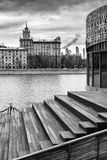 Bulwar Moskva Rzeka dziewczyn czarny kryjówki obsługują koszulowego fotografia biel s Zdjęcie Stock