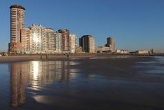 Bulwar Vlissingen z odbiciem na plaży obraz stock