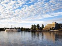 Bulwar w mieście Vyborg Cumował statek i budynek w Vyborg, Rosja Zdjęcie Stock