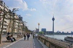 Bulwar z turystami i Rheinturm Górujemy w Dusseldorf Obrazy Royalty Free