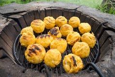 Bulz, polenta arrostita rumena con formaggio Immagini Stock