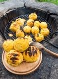Bulz, Roemeense geroosterde polenta met kaas Stock Foto
