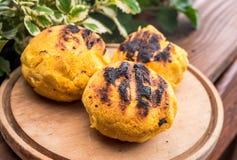 Bulz, Roemeense geroosterde polenta met kaas Stock Fotografie