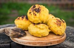 Bulz, Roemeense geroosterde polenta met kaas Stock Foto's
