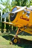Bumble-bee αεροσκάφη με bumble-bee που χρωματίζονται αγρο στην κάλυψη μηχανών Στοκ Φωτογραφία