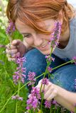bumblebee κοίταγμα κοριτσιών Στοκ εικόνα με δικαίωμα ελεύθερης χρήσης