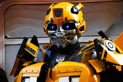Bumblebee το κοστούμι ρομπότ εκτελεί Στοκ εικόνα με δικαίωμα ελεύθερης χρήσης