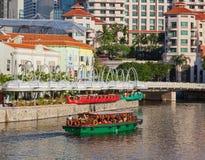 Bumboat sur la rivière de Singapour Photo stock