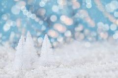 Bäume der weißen Weihnacht und Bokeh-Lichter Lizenzfreie Stockfotos