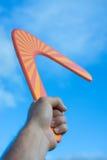 Bumerangue na frente de um céu azul fotos de stock