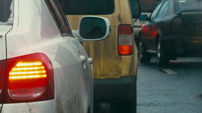 Bumper-aan-bumper verkeer op saaie dag stock video