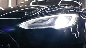 Bumper van een nieuwe zwarte auto met lichten aangezette lengte stock footage